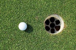 pallina da golf vicino alla buca foto