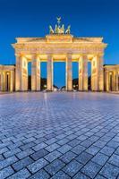 Porta di Brandeburgo al crepuscolo all'alba, Berlino, Germania foto