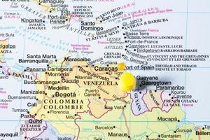 Mappa del Venezuela con perno giallo foto