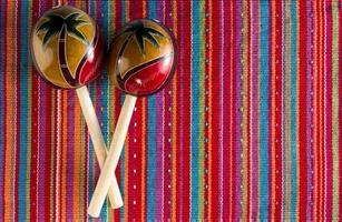 maracas su sfondo colorato foto