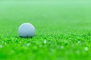 pallina da golf su erba nel campo da golf, Tailandia foto