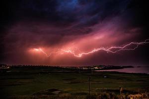 strisce di luce nel cielo sopra Newquay, in Cornovaglia foto