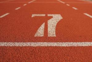 pista da corsa atletica nello stadio foto