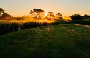 golf nella nebbia mattutina. foto
