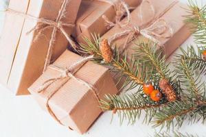 scatole regalo con nastri e decorazioni natalizie foto