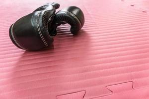 guantoni da boxe sul tappetino foto