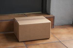 scatola di cartone sul gradino anteriore