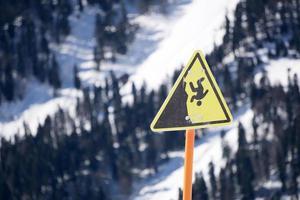 segno di montagna ripida scogliera di pericolo foto