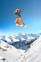 uomo di snowboard estremo foto