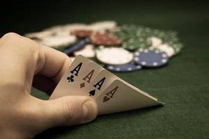 carte e pila di fiches da poker foto