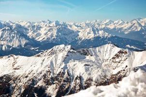 giornata di sole nelle Alpi europee su uno sfondo invernale foto
