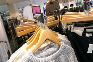 interno del negozio di abbigliamento di moda foto