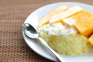 dolce riso appiccicoso con mango foto
