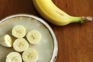 le banane venivano tagliate più piccole pelate foto