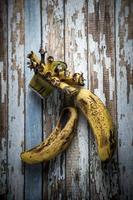 vecchia banana su un tavolo di legno foto
