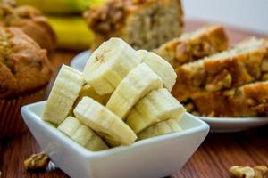 pane fresco di banana e noci foto
