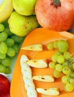 frutta su uno sfondo bianco