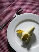 banana su un piatto foto