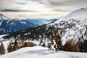 Stazione sciistica di madonna di campiglio, alpi italiane, italia foto