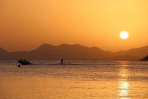 ski nautique au coucher de soleil
