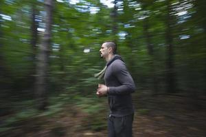 giovane uomo che corre