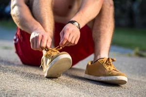 corridore che lega le scarpe foto