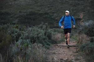 uomo di trail running foto
