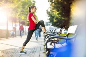 donna che corre in città foto