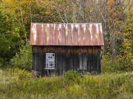 vecchia baracca di legno con due aperture per finestre