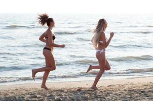 correndo sulla spiaggia foto