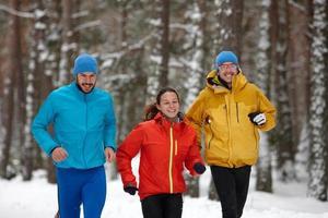 gruppo di persone che corrono in inverno foto