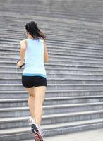 atleta corridore in esecuzione sulle scale. foto