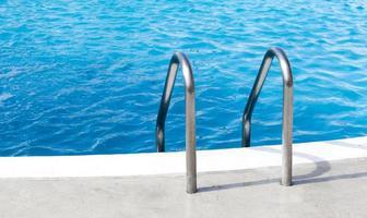 maniglia della piscina dell'hotel foto