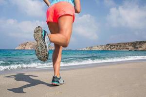 correndo sulla spiaggia. foto