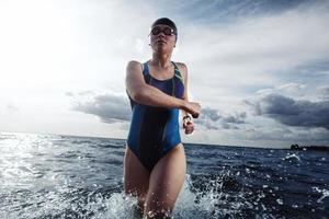 atleta giovane donna a corto di acqua foto