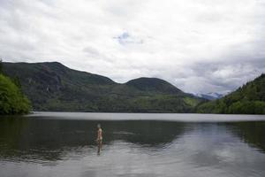 l'uomo al suo apice fa una nuotata foto