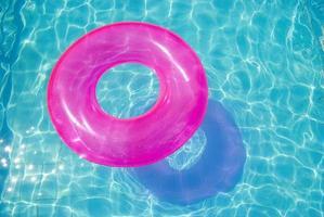 anello di gomma in piscina foto