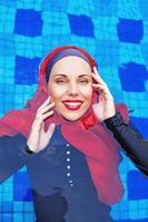 donna caucasica musulmana che nuota in una piscina foto