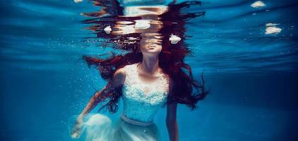 ragazza che nuota sott'acqua foto