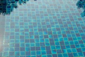 acqua blu strappata in piscina foto