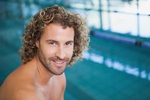 vicino ritratto di un nuotatore in forma senza camicia in piscina foto