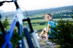 giovane donna allegra in buona salute che guida il bello paesaggio all'aperto del paesaggio della bicicletta foto