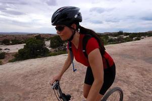 donna in mountain bike foto