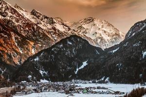 Alpi austriache della valle della montagna della neve di inverno foto