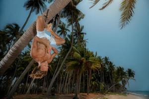 uomo che fa yoga sottosopra foto