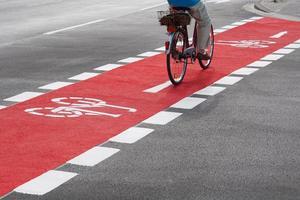 ciclista sulla pista ciclabile foto
