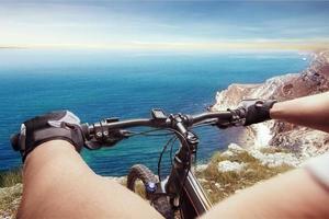 uomo in bicicletta foto