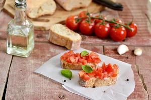 bruschetta al pomodoro - pane tostato con pomodori, aglio foto