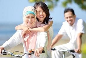 famiglia felice che guida le bici