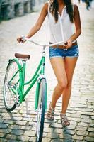 femmina con bici foto